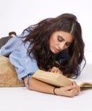 Estudios jovenes hermosos de la morenita del libro Foto de archivo libre de regalías