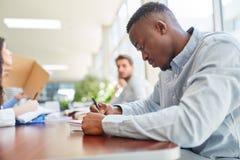 Estudo africano concentrado do estudante fotografia de stock