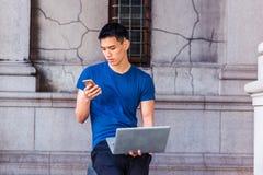 Estudo americano asiático novo do homem, trabalhando em New York imagens de stock
