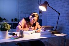 Estudo asiático do estudante duramente fotografia de stock