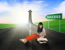 Estudo asiático do estudante fêmea na estrada do sucesso Imagens de Stock Royalty Free