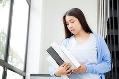 estudo asiático novo da mulher do retrato bonito e livro da aprendizagem para Foto de Stock