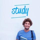 Estudo contra o estudante feliz que guarda o livro Fotos de Stock