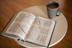 Estudo da Bíblia com bebida quente imagem de stock