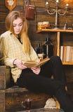 Estudo da estudante com o livro na casa da guarda florestal Conceito do estudo A menina no equipamento ocasional senta-se com o l fotos de stock