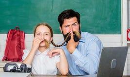 Estudo da filha com pai ensino convencional era digital com tecnologia moderna Estudo em linha criança pequena com farpado fotos de stock