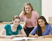 Estudo de ajuda dos estudantes do professor Imagem de Stock Royalty Free