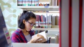 Estudo do estudante e livro lido na biblioteca video estoque
