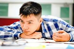 Estudo do estudante masculino no terreno | Furado e cansado do exame Fotos de Stock
