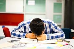 Estudo do estudante masculino no terreno | Furado e cansado do exame Imagem de Stock Royalty Free