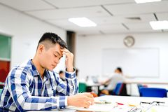 Estudo do estudante masculino no terreno | Furado e cansado do exame Fotografia de Stock Royalty Free