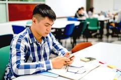 Estudo do estudante masculino no terreno | Usando o smartphone Imagem de Stock