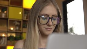 Estudo do estudante Mulher que usa o computador vídeos de arquivo