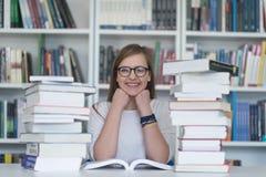 Estudo do estudante na biblioteca fotografia de stock royalty free