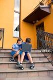 Estudo dos irmãos no computador Fotografia de Stock Royalty Free