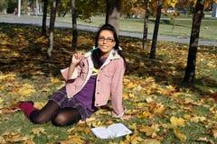 Estudo engraçado da menina de faculdade ao ar livre fotografia de stock