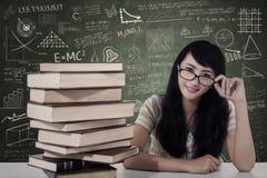 Estudo fêmea bonito do estudante do lerdo na classe Fotografia de Stock Royalty Free
