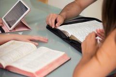 Estudo home da Bíblia do grupo imagens de stock