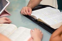 Estudo home da Bíblia do grupo fotografia de stock