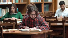 Estudo individual na biblioteca video estoque