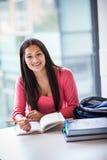 Estudo latino-americano do estudante universitário Imagens de Stock Royalty Free