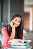 Estudo latino-americano do estudante universitário Fotos de Stock