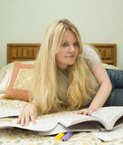 Estudo na cama Imagem de Stock Royalty Free