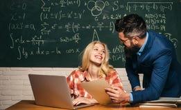 Estudo na universidade Estudante Studying Hard Exam Educa??o e aprendizagem do conceito dos povos - estudante f?mea e professor fotos de stock