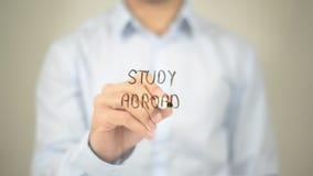 Estudo no exterior, escrita do homem na tela transparente imagens de stock