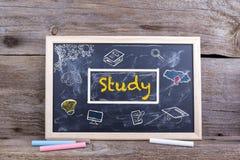Estudo no quadro-negro Aprendizagem dos Academics da educação do conhecimento concentrada foto de stock