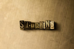 ESTUDO - o close-up do vintage sujo typeset a palavra no contexto do metal Imagens de Stock Royalty Free