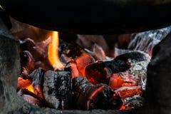 Estufa ardiente de madera para cocinar en asis Fotografía de archivo
