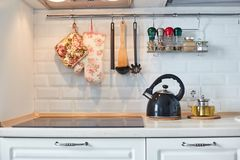 Estufa, caldera y otros utensilios de la cocina Cocina imagenes de archivo