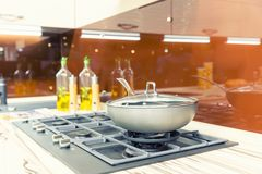 Estufa con la cacerola en la cocina moderna plástica fotografía de archivo