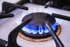 Estufa de cocina con el mechero de gas natural y la llama azul imagenes de archivo