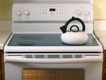 Estufa de cristal blanca con la caldera de té Imagenes de archivo