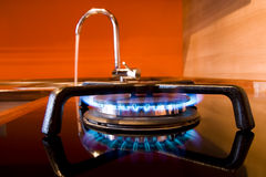 Estufa de gas y golpecito de agua Fotos de archivo libres de regalías