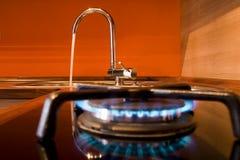 Estufa de gas y golpecito de agua Fotografía de archivo libre de regalías