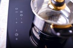 Estufa de la inducción, metal de pote en ella foto de archivo libre de regalías