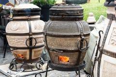 Estufa de Tandoor con los carbones ardientes para cocinar la carne foto de archivo