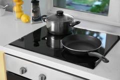 Estufa eléctrica con los utensilios de cocinar fotografía de archivo libre de regalías