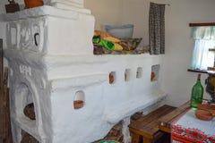 Estufa rusa en la casa, blanqueada con la cal Fotografía de archivo libre de regalías