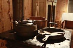 Estufa vieja con los crisoles y las cacerolas Fotografía de archivo