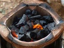 Estufa vieja de la arcilla con carbón de leña Fotos de archivo libres de regalías