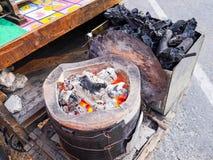 Estufa y carbón de leña del vintage Fotos de archivo libres de regalías