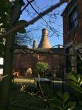 Estufas de tijolo Stoke em Trent através das árvores imagens de stock royalty free