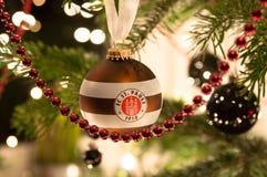 ESTUGARDA - JANEIRO 6: Esfera do Natal do St. Pauli de FC Imagem de Stock Royalty Free