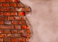 Estuque cinzento em uma parede de tijolo Fotos de Stock