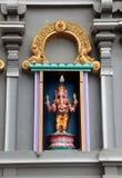 Estuque colorido Ganesha no altar da curvatura no templo do Hinduísmo e do Brahmanism O senhor do sucesso imagens de stock