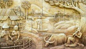 Estuque tailandês da cultura nativa na parede de pedra foto de stock royalty free